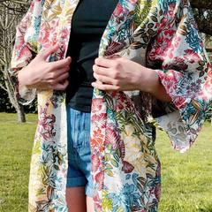 Le kimono ne se porte pas exclusivement à l' intérieur mais aussi en version décontractée été, plage,.. ou en version ajustée plus classique, resto,.. Tout dépend de son style! #kimono #plage #resto #style #styleclassique #styledecontracté #été #ete2021