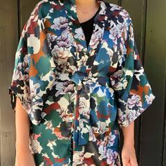 Ce motif , mais ce motiiiiffff ! Je l' aime trop 🤩🤩 Et vous?? #motifjaponais #kimono #kimonosatin #kimonofleuri #fleurs #vestekimono #creationartisanale #creatricefrancaise #madeinhautesavoie #finitionmain #couture #thononlesbains