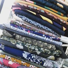 Dans l' ordre ou dans le désordre, le quinté gagnant: snoods, pochettes, sacs, coussins, kimonos! Dans tous les cas, j' ai du pain sur la planche.. L' année reprend officiellement avec la nouvelle collection en cours! Happy 2021 😘😘 #nouvelleannée #nouvellecollection #nouveautés #nouveauxtissus #workinprogress #auboulot #collectionprintemps #snood #pochette #sac #coussin #kimono